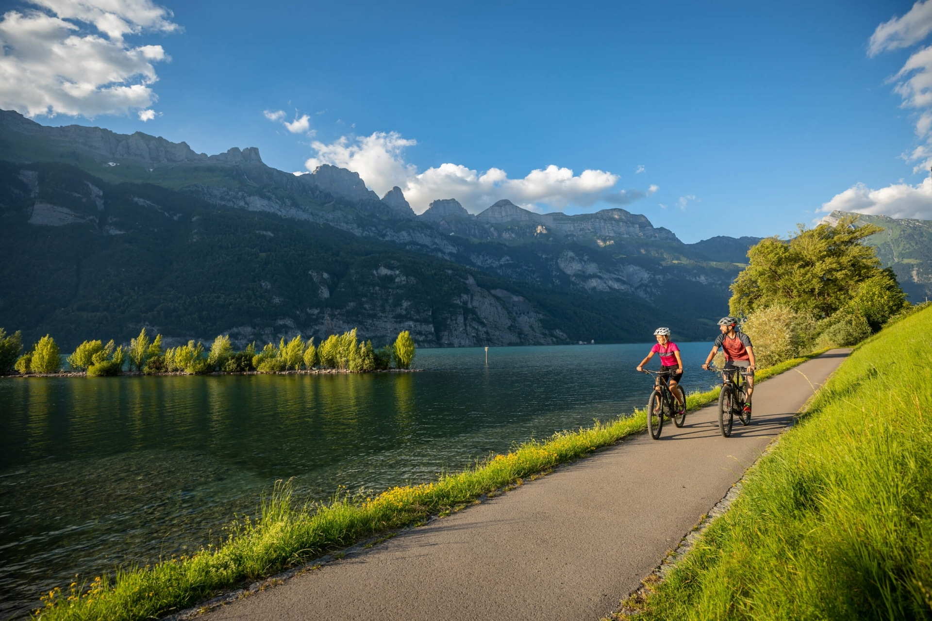 Radfahren entlang des Walensee im Heidiland © Dolores Rupa