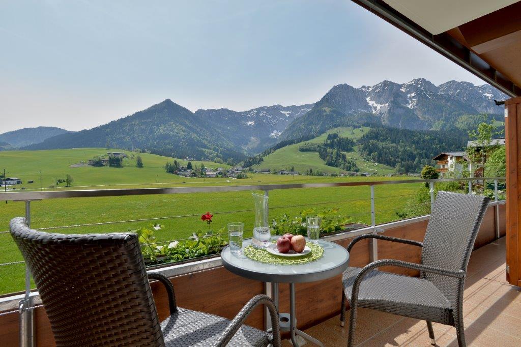 Balkon mit Aussicht - Hotel Garni Tirol im Kaiserwinkl © Maria Hauser