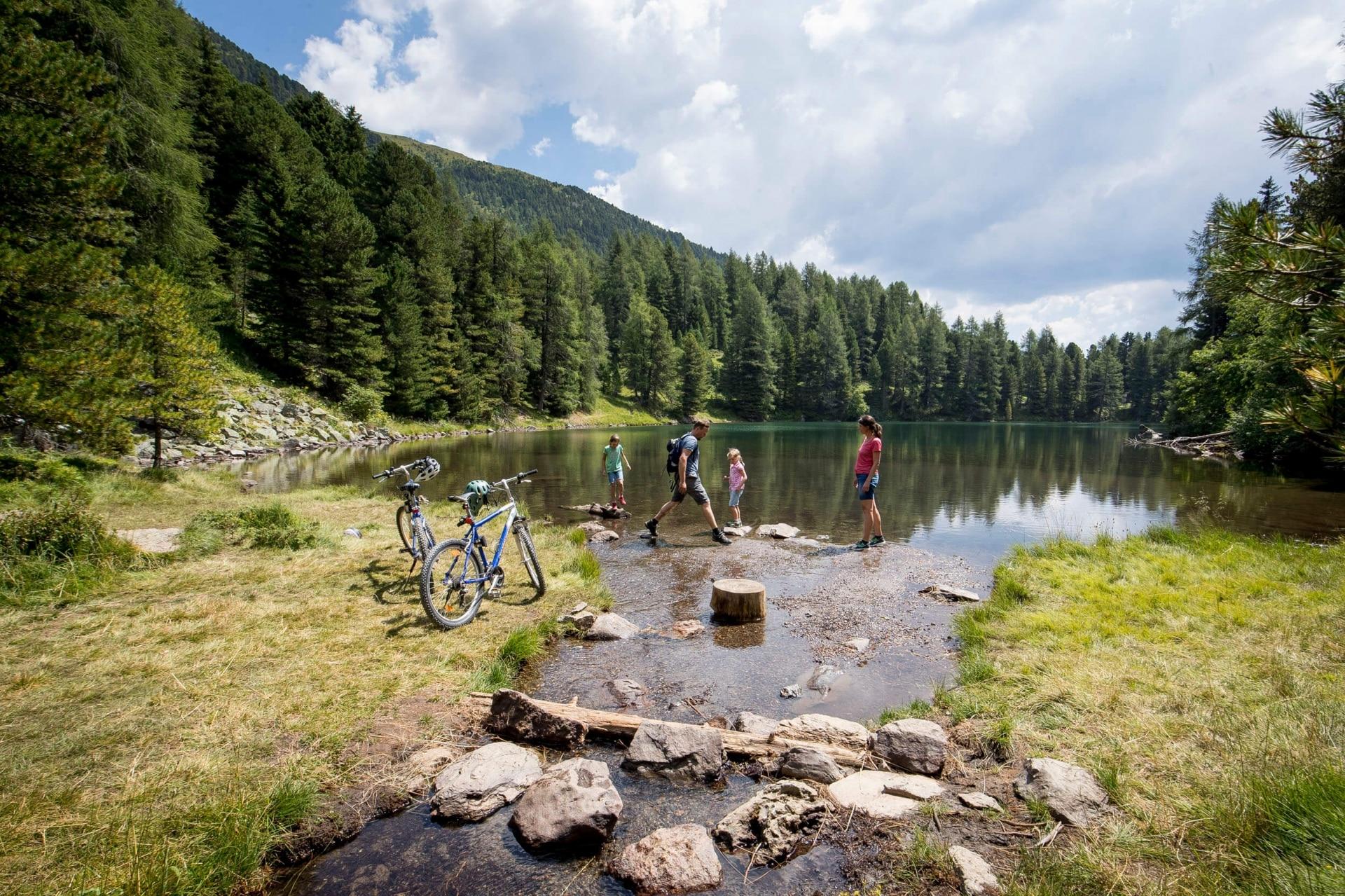 Pause der Radfahrer am See © Murau Tourismus - Tom Lamm