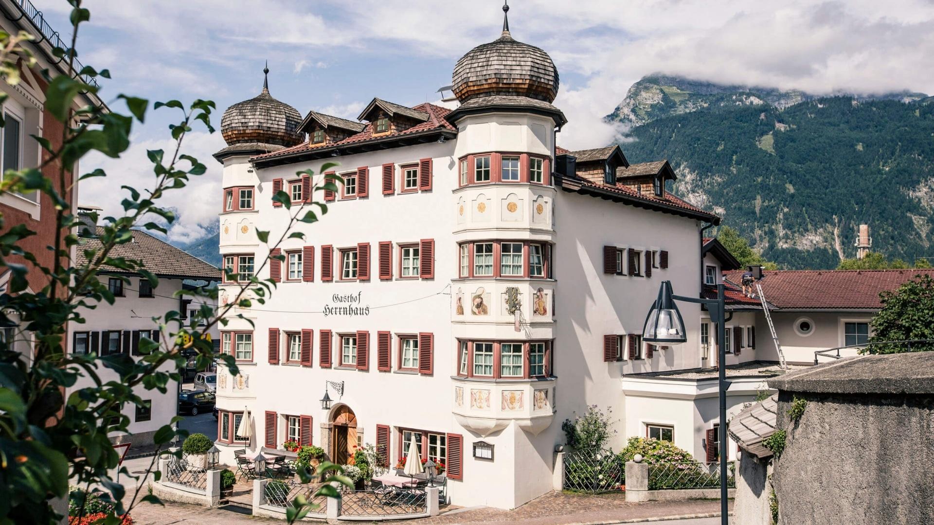 Gasthaus Herrnhaus mit seinen markanten Zwiebeltürmen © Servus TV - Markus Christ