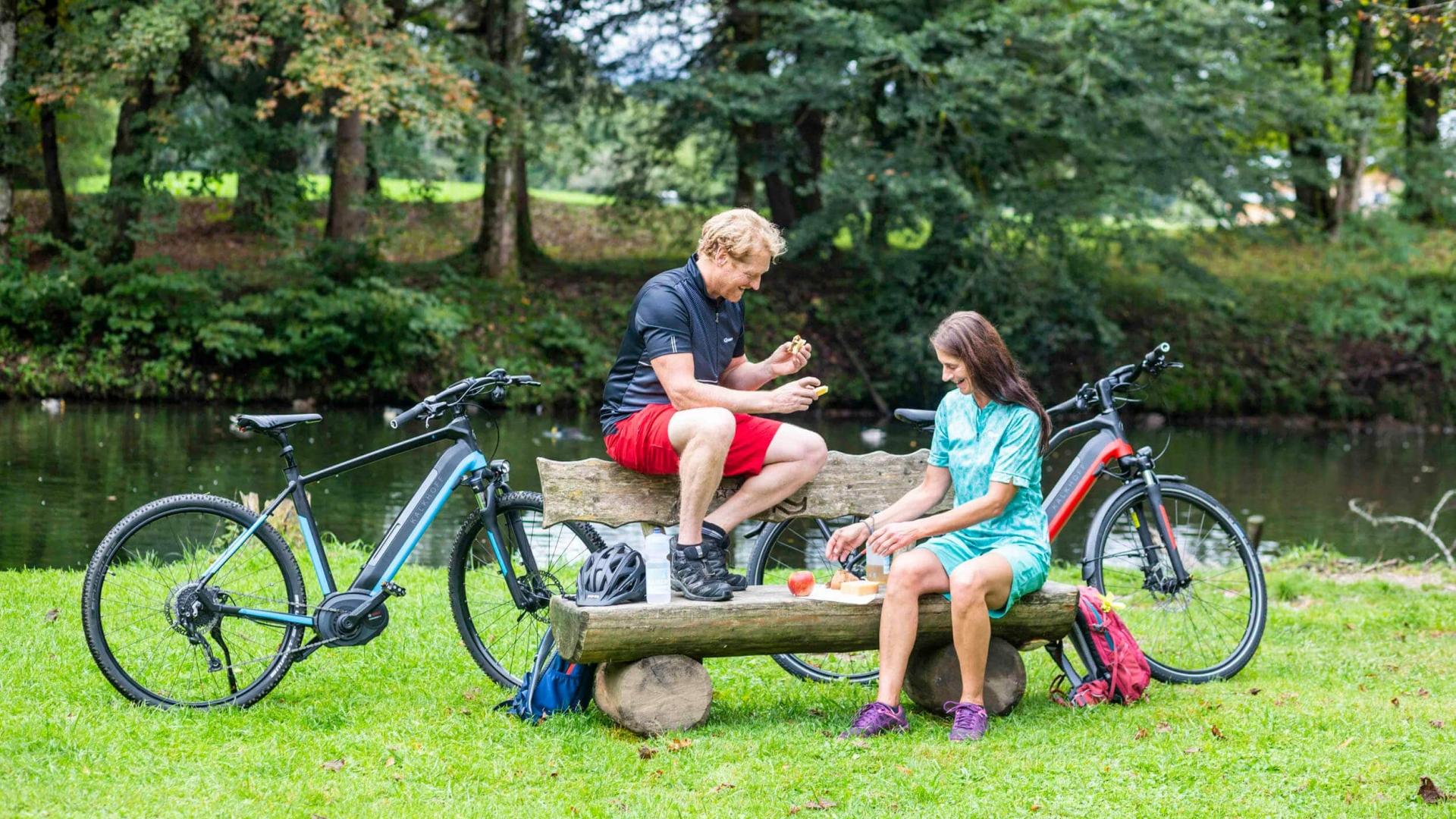 Pause der Radfahrer im Kaiserwinkl in Tirol