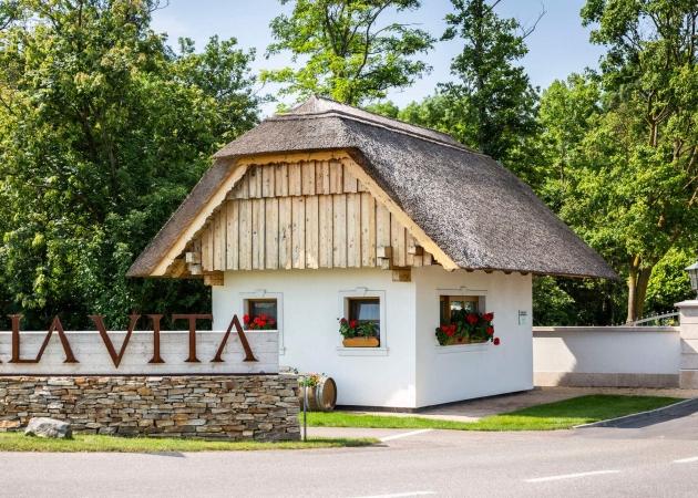 Einfahrt mit schilfgedecktem Haus © VILA VITA Pannonia