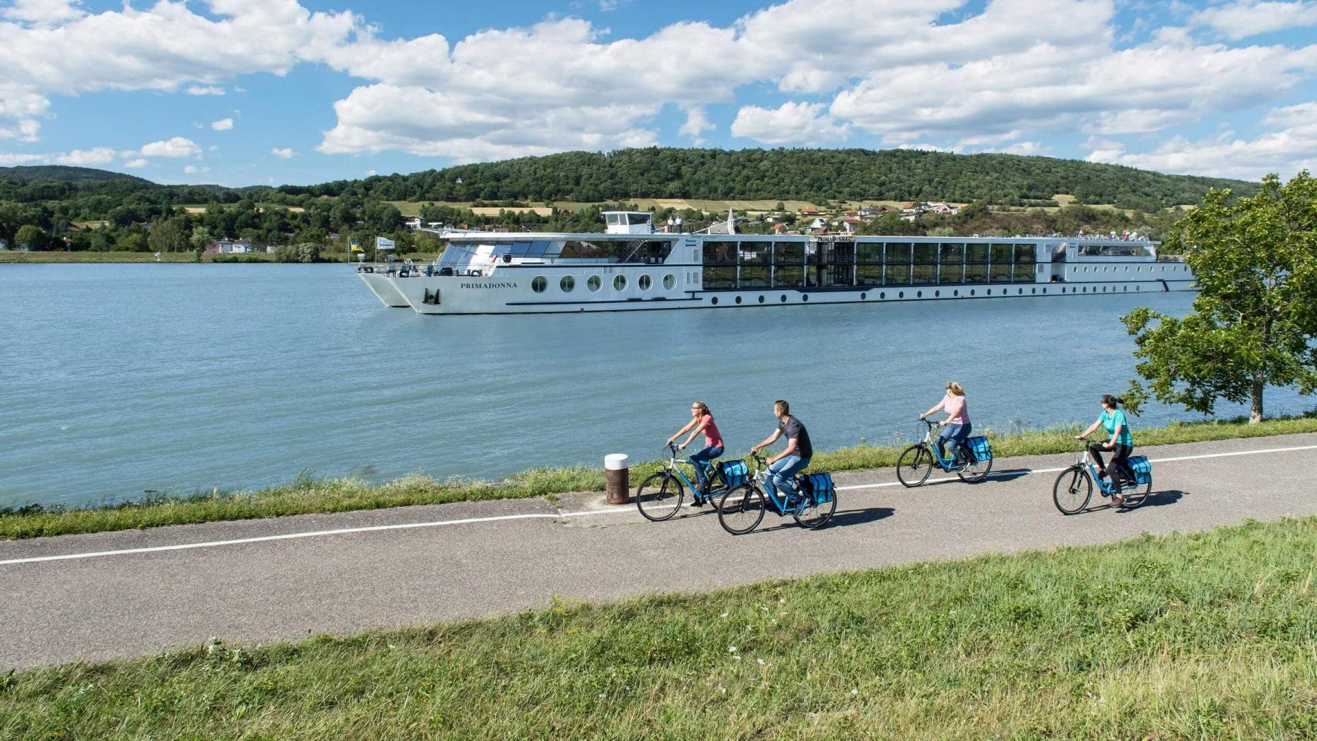 MS Primadonna Radler mit Blick auf Klein Pöchlarn © Donau Touristik - Daniel Zupanc