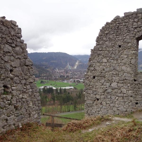 Burgruine Werdenfels mit dem Blick zum Garmisch-Partenkirchen © GaPa Tourismus GmbH
