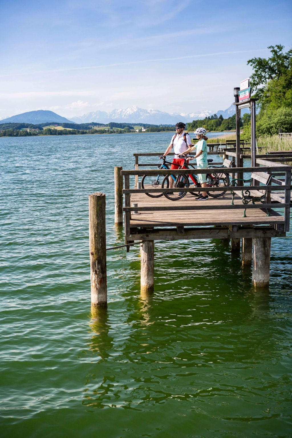 Pause am Anlegesteg in Seeham im Salzburger Seenland © Velontour
