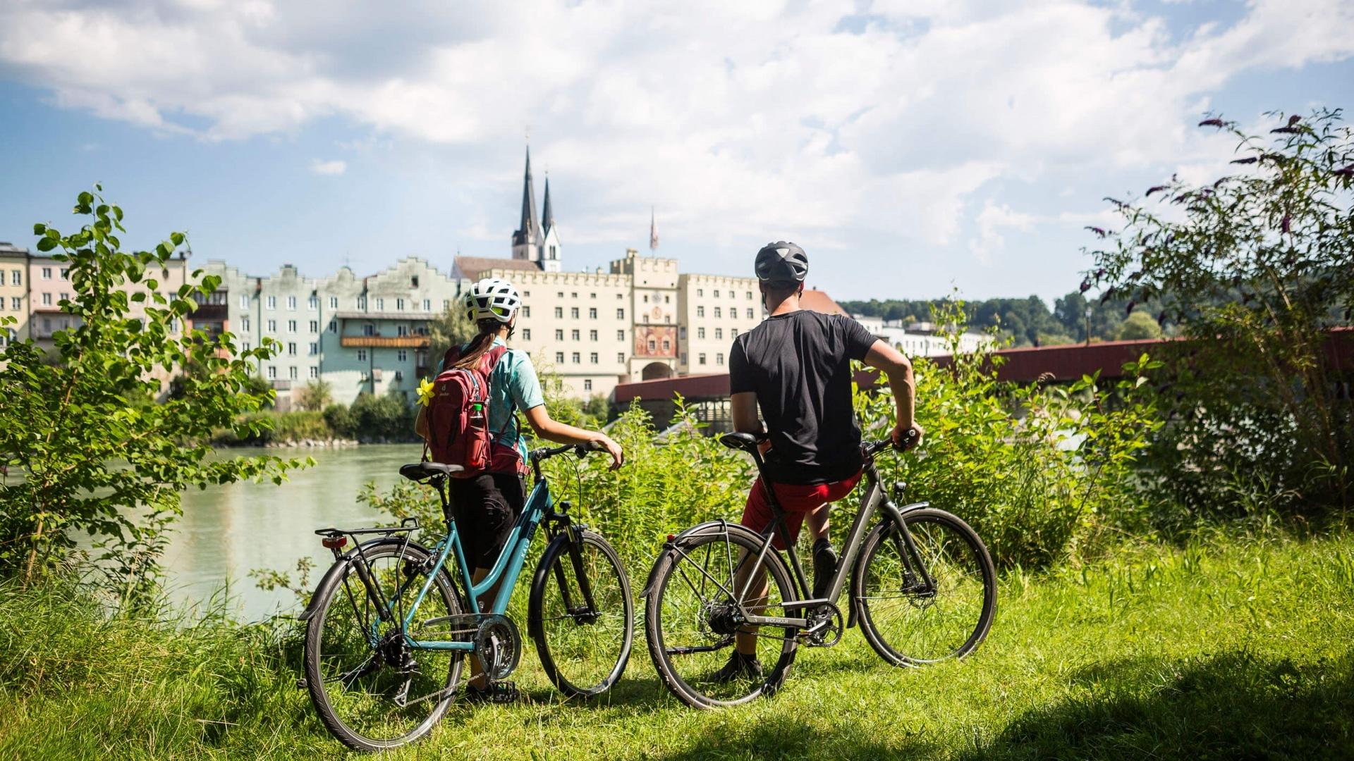 Radfahrer mit Blick auf Wasserburg am Inn © Velontour