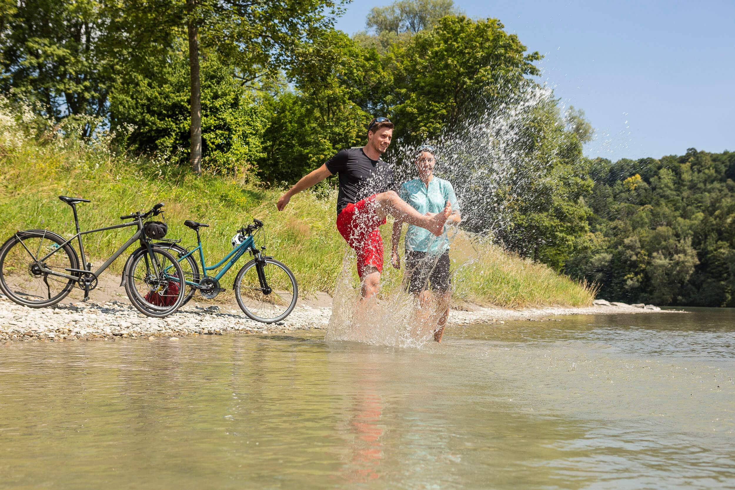 Radfahrer mit Wasserspaß © Velontour