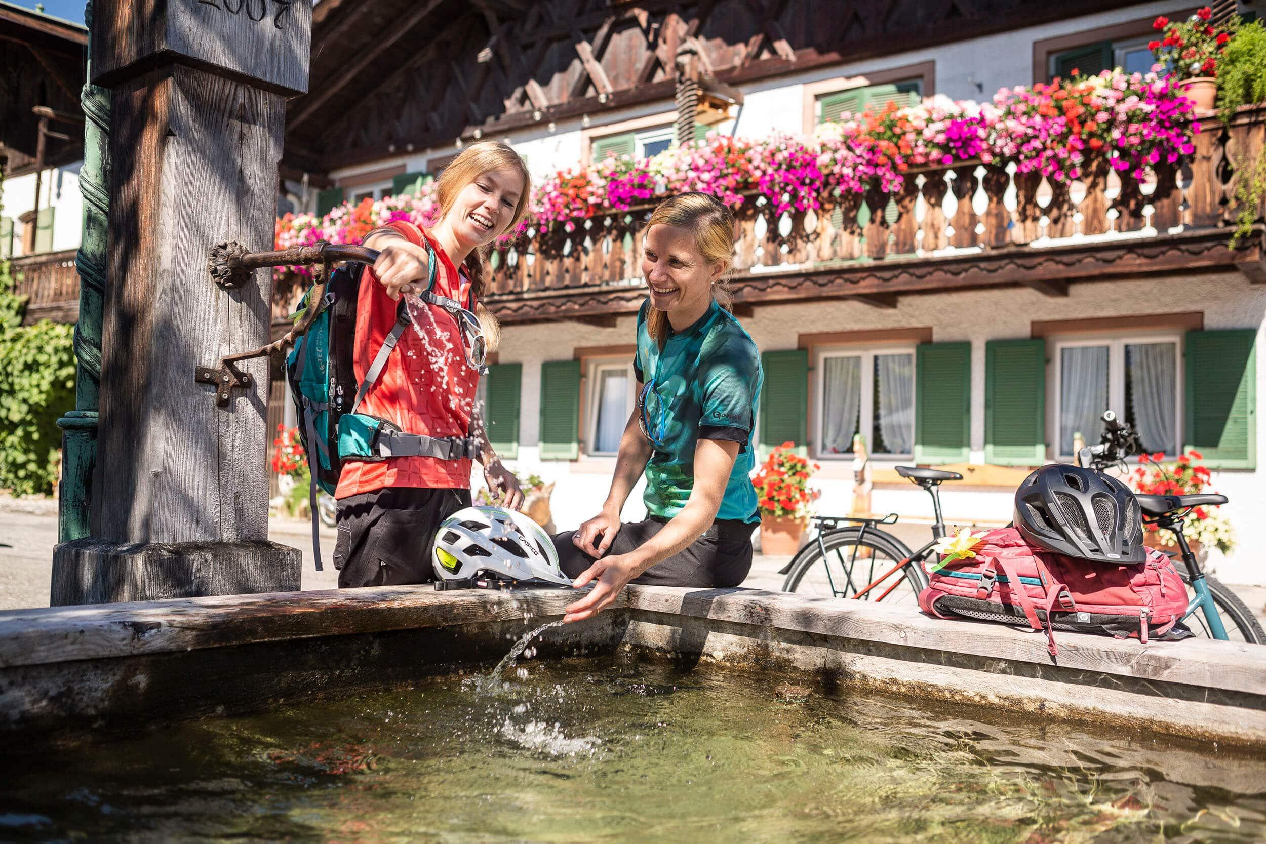 Pause der Radfahrer am Brunnen © Velontour