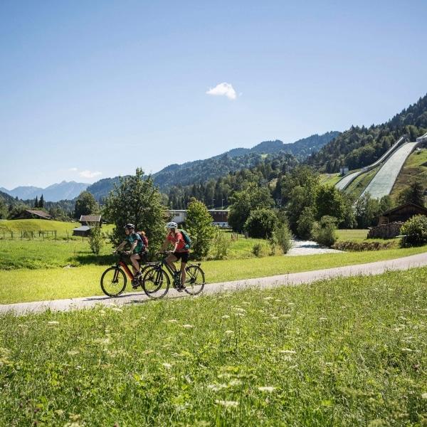 Radtour nahe der Olympiaschanze in Garmisch Partenkirchen © Velontour