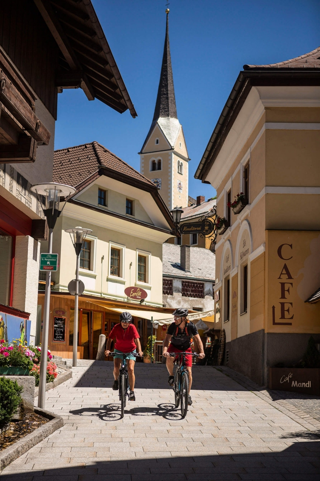 Radfahrer im Ortszentrum © Velontour