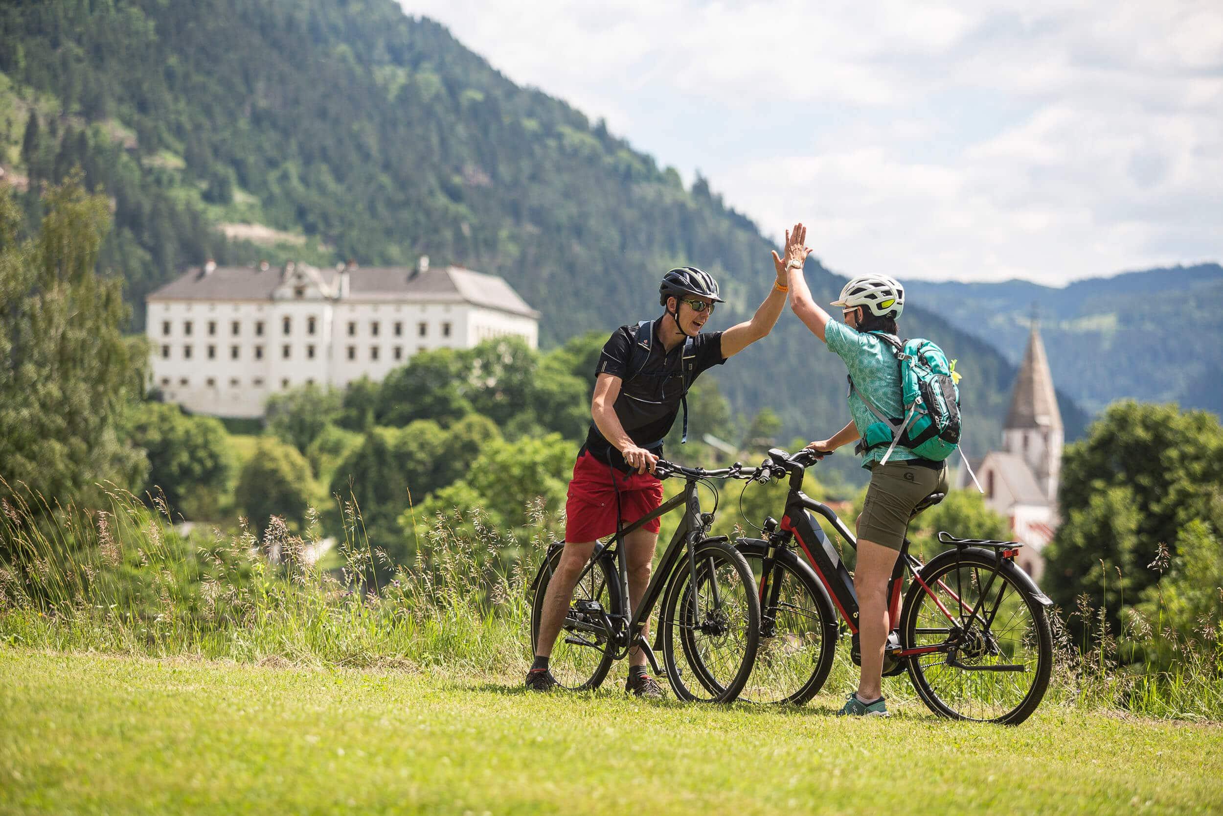 Radfahrer vom dem Schloss Obermurau © Velontour