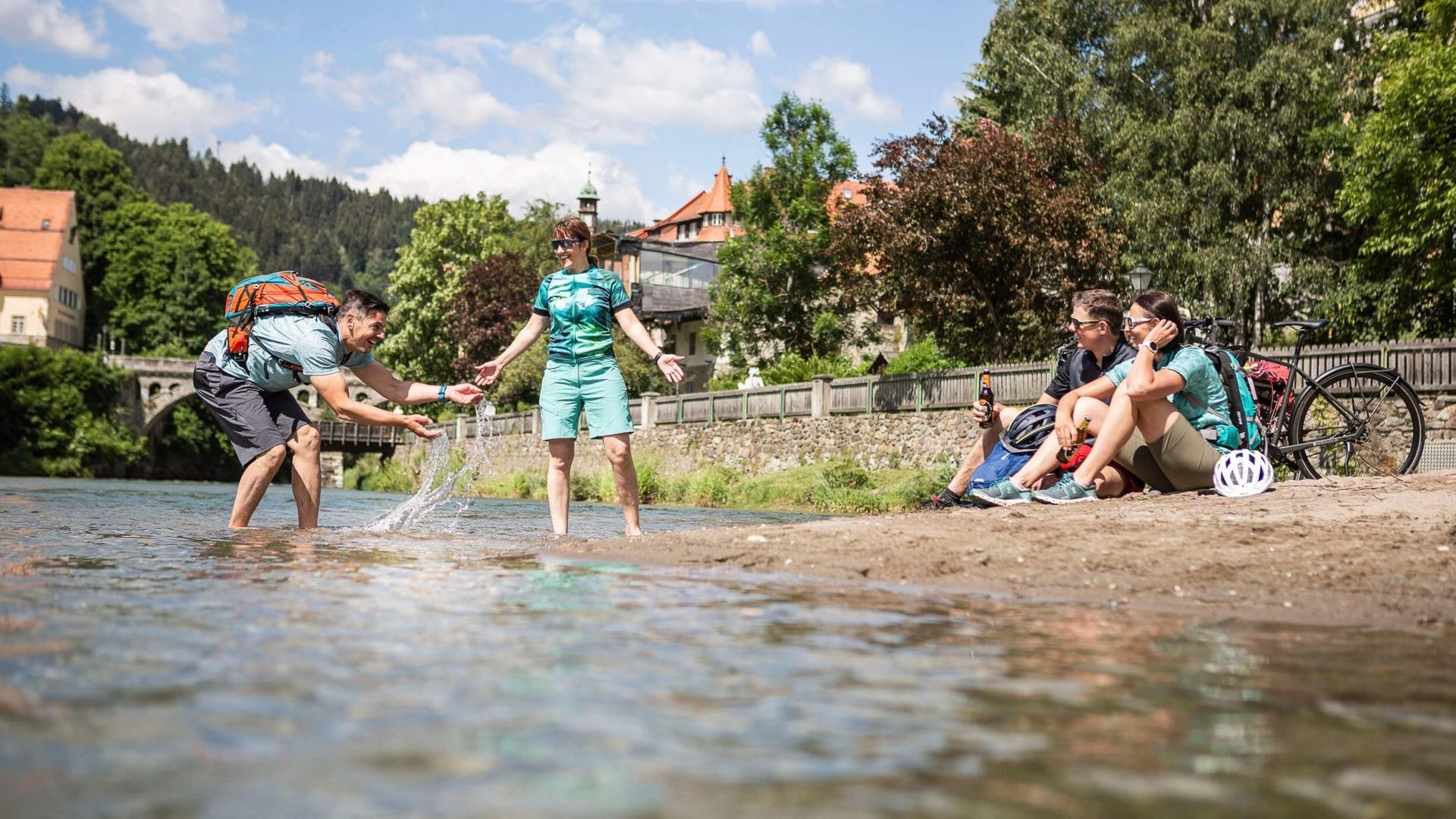 Gemütliche Pause am Fluss © Velontour