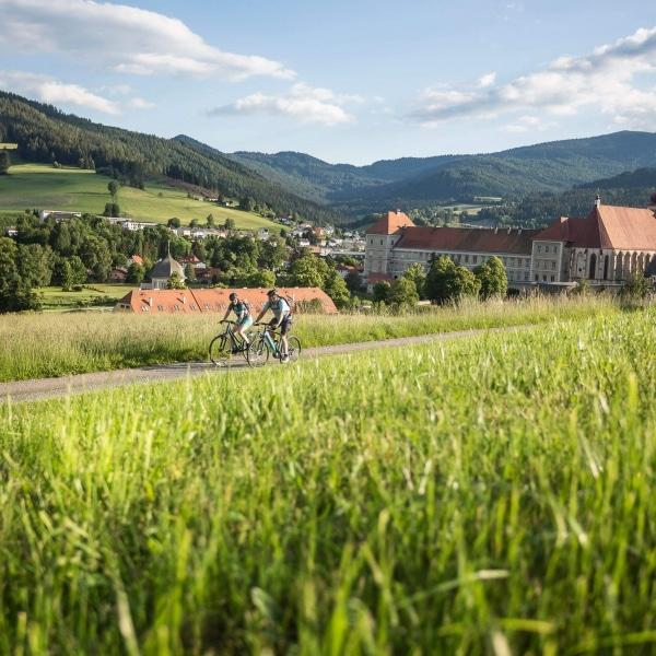 Radfahrer beim Benediktinerstift St. Lambrecht © Velontour