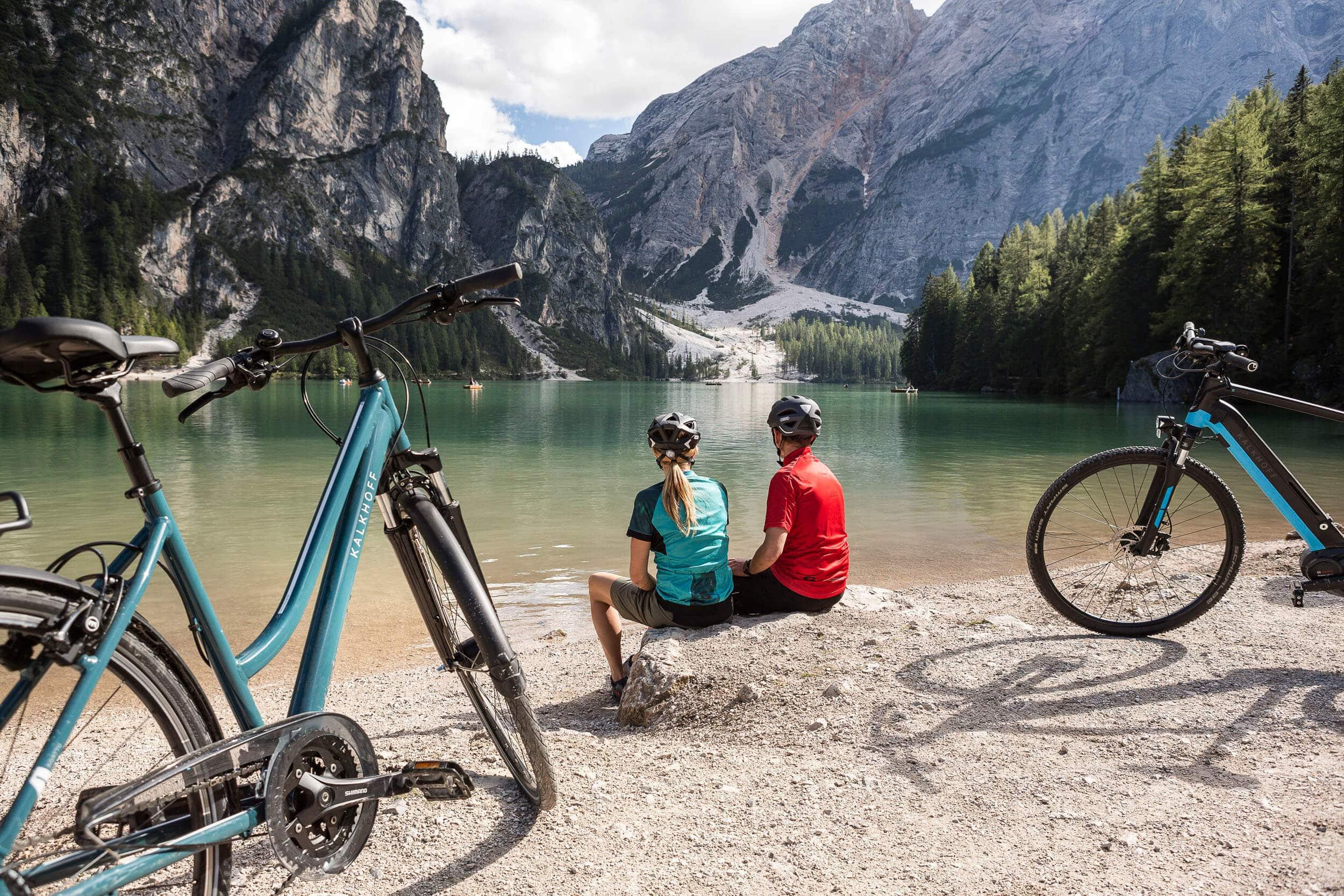 Pause der Radfahrer am See © Velontour